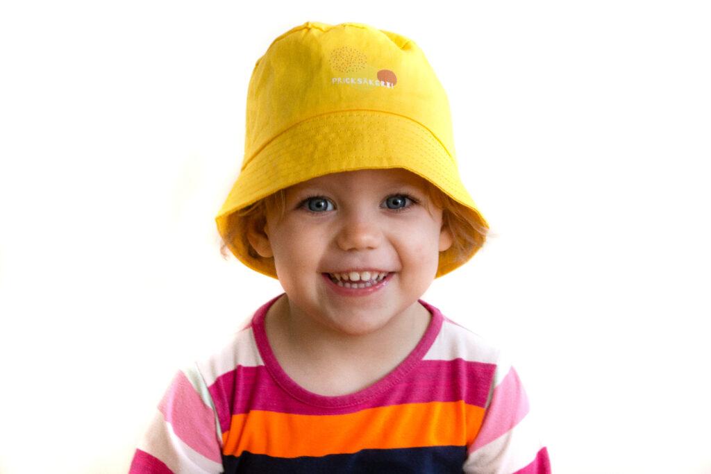 Solhatt på ett litet barn